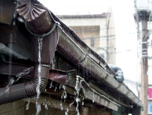 台風火災保険:雨樋の雨水漏れ1